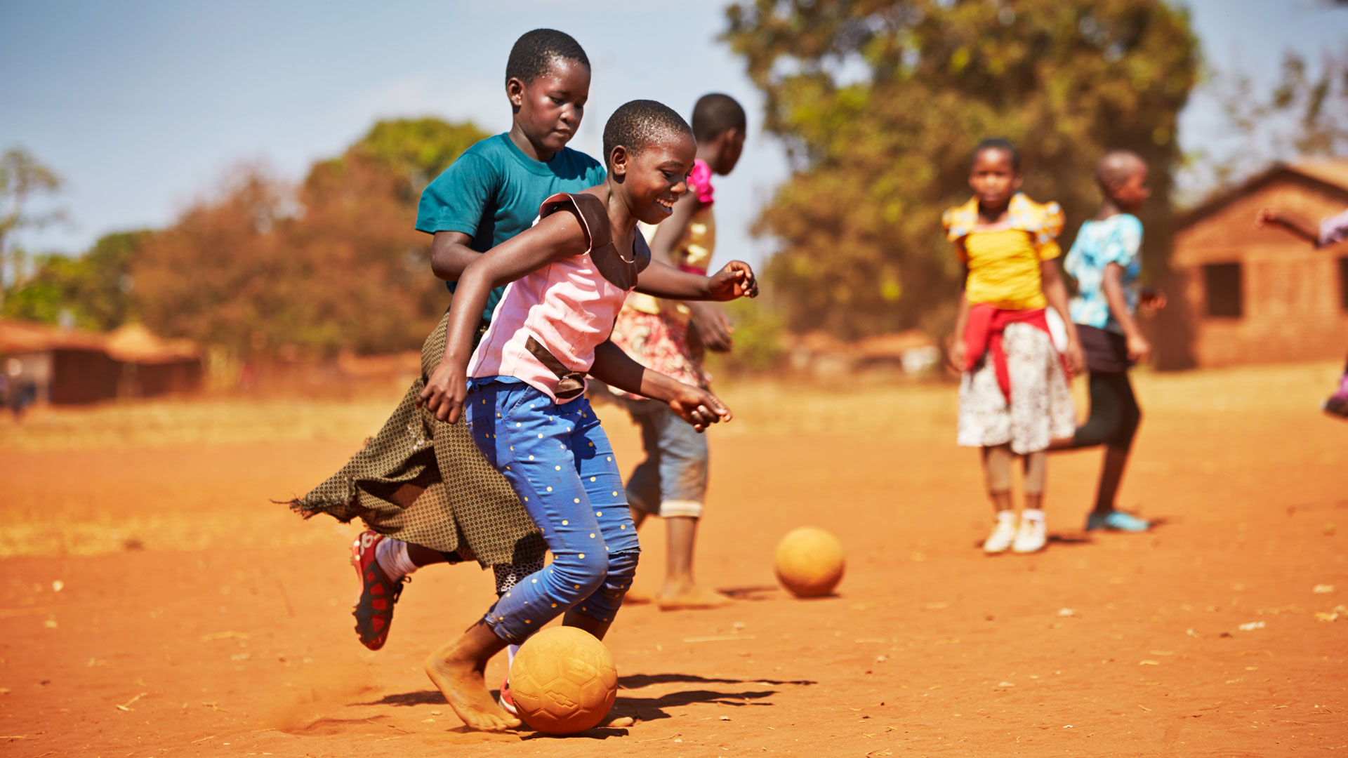 Lapsia pelaamassa jalkapalloa tansanialaisessa kylässä