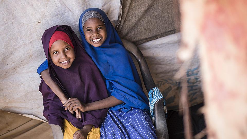 Två leende unga syskoner Bisfara och FatoumaTvå leende unga syskoner Bisfara och Fatouma